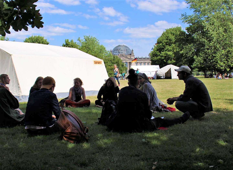 Sitzgruppe des ersten We4Future-Camps vor dem Kanzler*innenamt in Berlin von 07.-10.06.2019